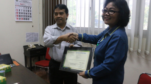 Penyerahan Kartu BPJS Ketenagakerjaan kepada Universitas Negeri Malang